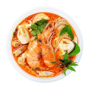 Thailändische heiße würzige suppe tom yum goong auf weißem hintergrund