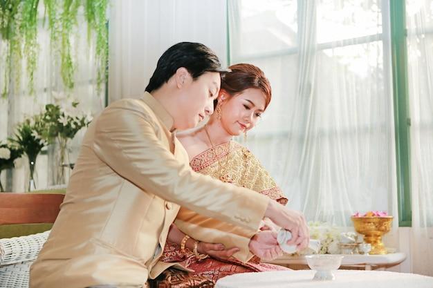 Thailändische hochzeitszeremonie. braut und bräutigam.