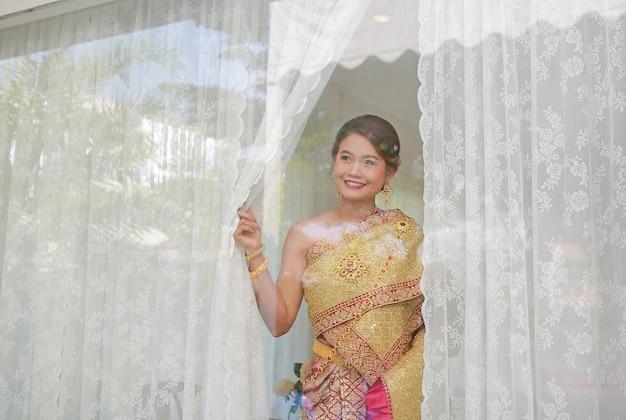 Thailändische hochzeitszeremonie. braut wartet auf bräutigam.