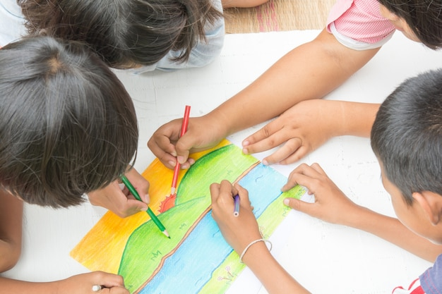 Thailändische kinder mit buntstiften