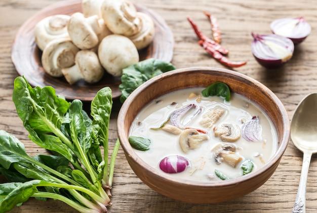 Thailändische kokoscremesuppe
