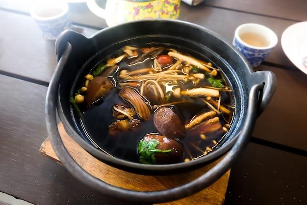 Thailändische kräuterküche der schweinefleischsuppe.