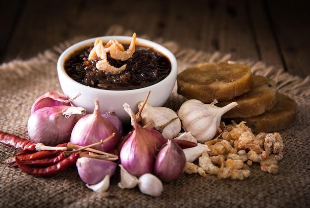 Thailändische küche, nam prik oder chili paste mischen sich mit kräutern