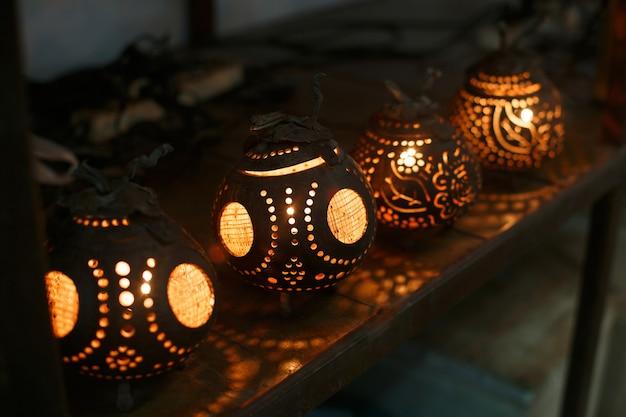 Thailändische lampe oder kerzenständer aus kokosnussschale