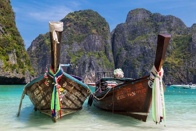 Thailändische langschwanzboote auf einer meeresoberfläche. insel ko phi phi le.