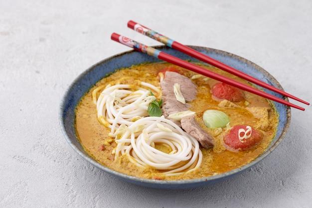 Thailändische lebensmittelnudel mit grünem curry