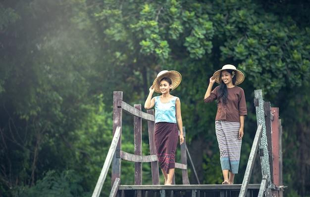Thailändische leute, berufstätige frau in der landschaft, thailand