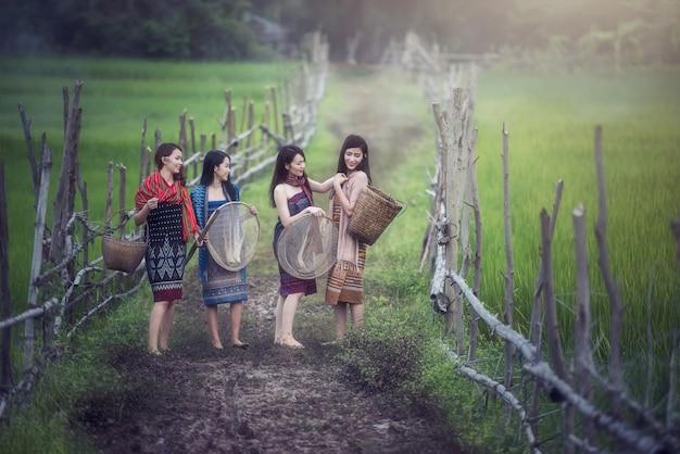 Thailändische lokale frau, die an draußen, landschaft von thailand arbeitet