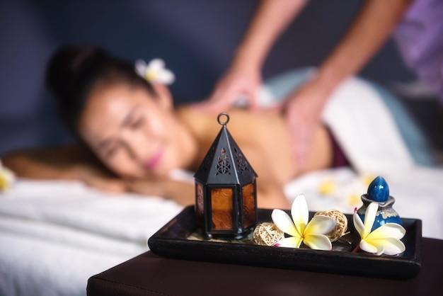 Thailändische massagedekoration mit unscharfen leuten