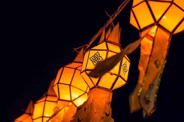 Thailändische nordlaterne von loy krathong festival in hängender und dekorationsstadt thailands mit yi peng nachts thailand-reisesaison