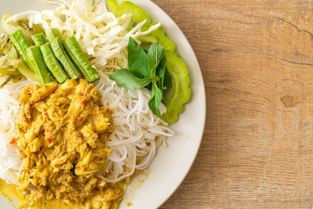 Thailändische reisnudeln mit krabbencurry und sortengemüse, thailändisches südländisches essen