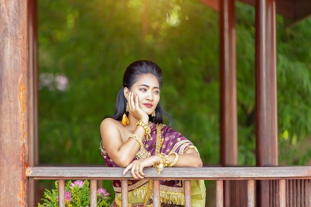 Thailändische schönheiten des porträts tragen thailändisches nationalkostüm.