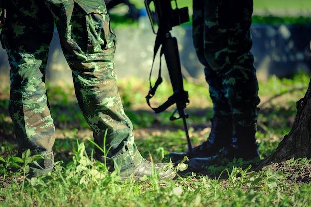 Thailändische soldaten mit militärtarnuniform in der armeeanordnung