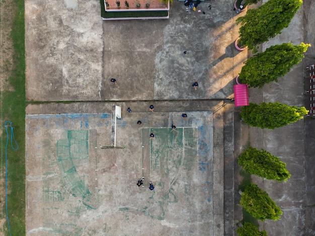 Thailändische studenten, die cheerleader üben