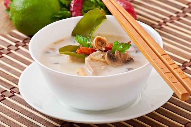 Thailändische suppe mit huhn und pilzen