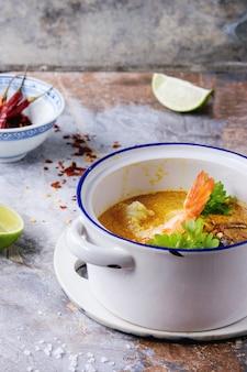 Thailändische suppe tom yam