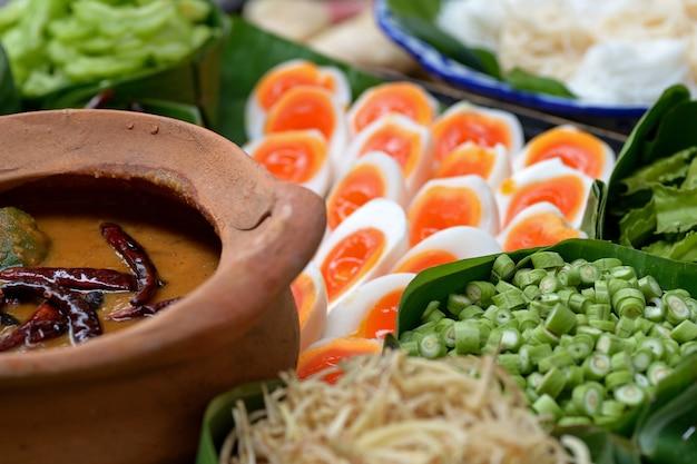 Thailändische suppennudeln gegessen mit curry