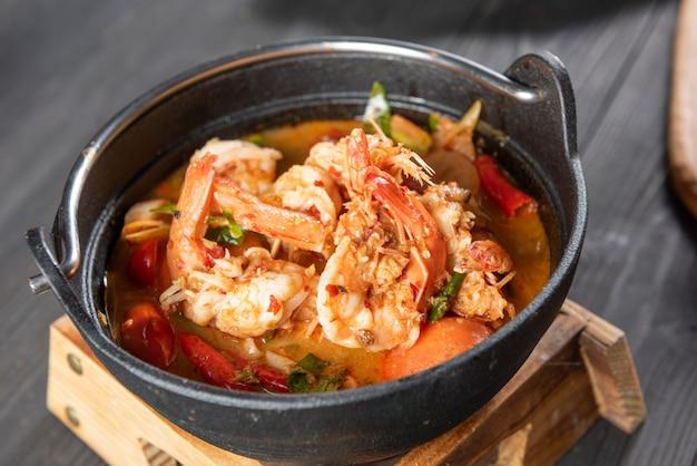 Thailändische tom yum suppe