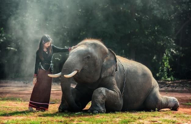 Thailändische traditionelle modische dame mit elefanten