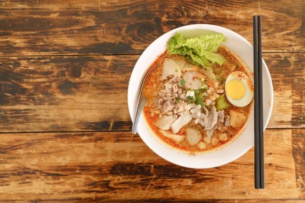 Thailändische traditionelle würzige meeresfrüchtennudeln oder tom yum