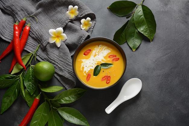 Thailändische würzige kürbis-kokosmilch-suppe