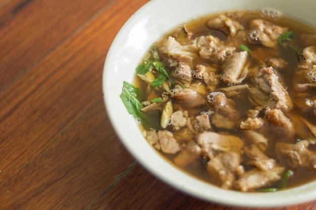 Thailändische würzige und saure suppe von rindfleisch-eingeweiden
