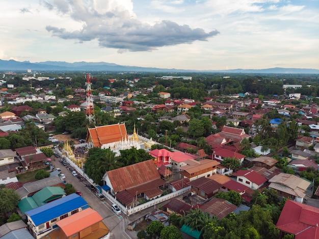 Thailändischer allgemeiner tempel mit straßenmarkt an der asiatischen landschaft