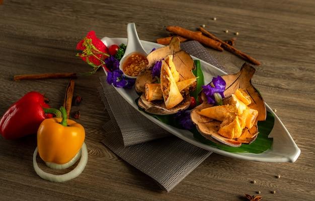 Thailändischer aperitif in der platte.