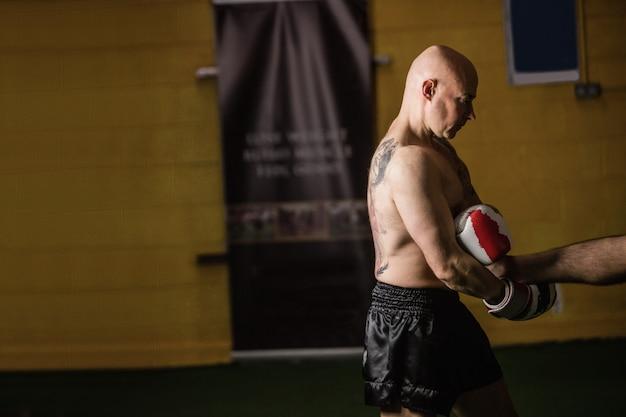 Thailändischer boxer, der das boxen übt