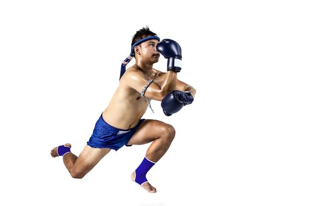 Thailändischer boxer mit der thailändischen verpackenaktion, lokalisiert auf weißem hintergrund