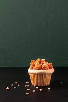 Thailändischer eistee-kleiner kuchen auf schwarzem schieferbrett und grünem hintergrund mit kopienraum