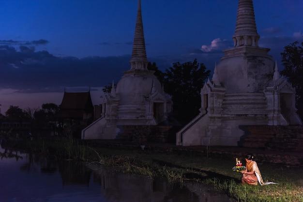 Thailändischer frauengriff krathong auf traditionellem festival loy krathong