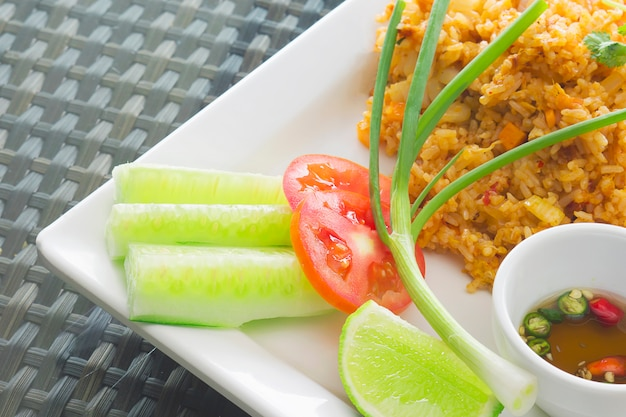 Thailändischer gebratener reis mit der chili-sauce bereit gegessen zu werden