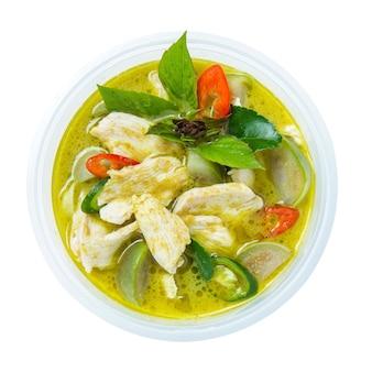 Thailändischer hühnergrün-curry lokalisiert auf weißem hintergrund
