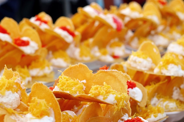 Thailändischer knusperiger pfannkuchen - sahnekrepps