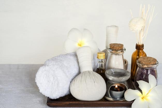 Thailändischer kräuterballsatz spa-körperbehandlung heißer badekurort und kräuterball auf weißem tuch