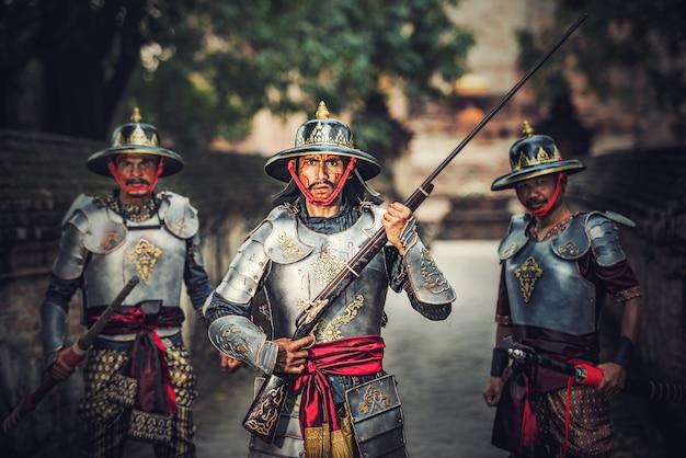 Thailändischer krieger in traditionellem an historischem park ayutthaya in ayutthaya, thailand