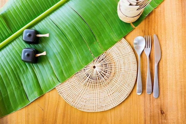 Thailändischer küche-aufschlag-gedeck-grünes bananen-blatt