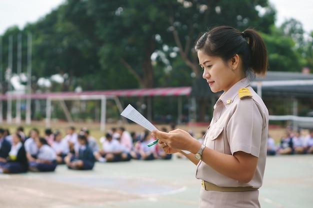 Thailändischer lehrer in der offiziellen uniform