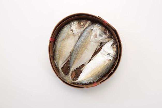 Thailändischer makrelenfisch gedämpft auf korb