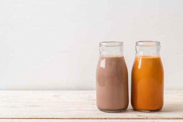 Thailändischer milchtee und schokoladenmilch in der flasche