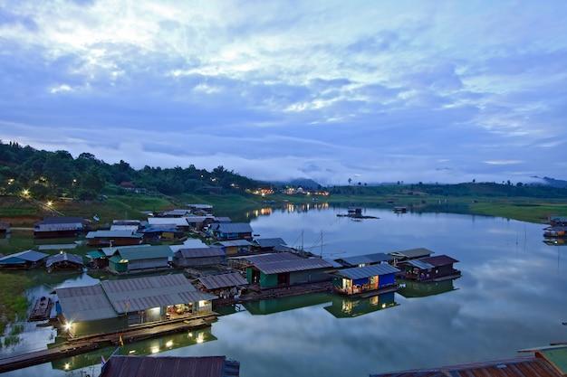Thailändischer montag-sich hin- und herbewegendes dorf auf dem fluss in der grenze von thailand und von myanmar sangkraburi kanchanaburi provincens am morgen
