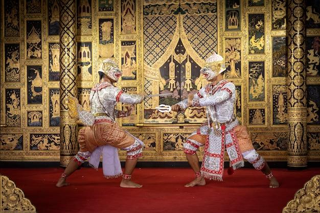 Thailändischer pantomimecharakter, der einen schönen tanz durchführt