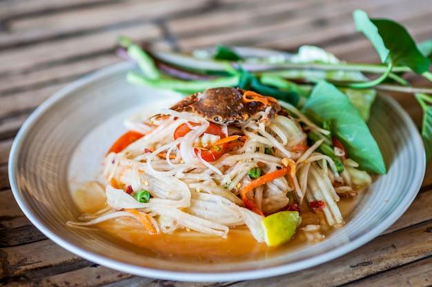 Thailändischer papayasalat (som tum) mit krabbengurkeoberseite