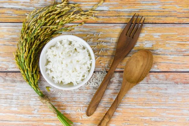 Thailändischer reis auf schüssel - gekochtes jasminreiskorn und ohr von paddylandwirtschaftsprodukten für lebensmittel auf asiaten