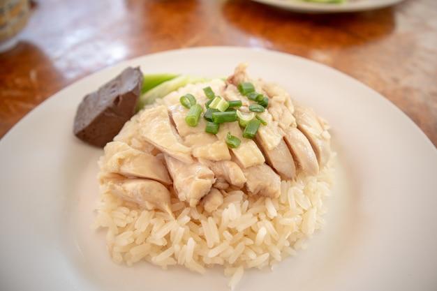 Thailändischer reis gedämpft mit hühnersuppe oder hainanese-hühnerreis