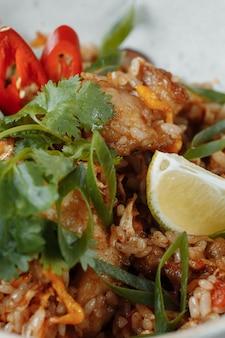 Thailändischer reis mit huhn und gemüse. platz für die inschrift