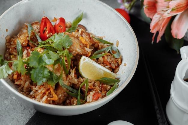 Thailändischer reis mit huhn und gemüse. platz für die inschrift.