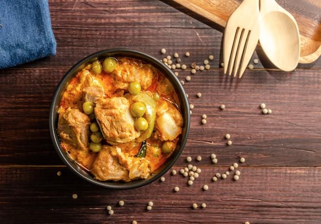 Thailändischer roter curry mit schweinefleisch und grüner tomate