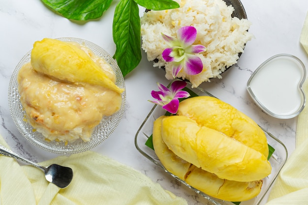Thailändischer süßer klebriger reis mit durian in einem dessert.